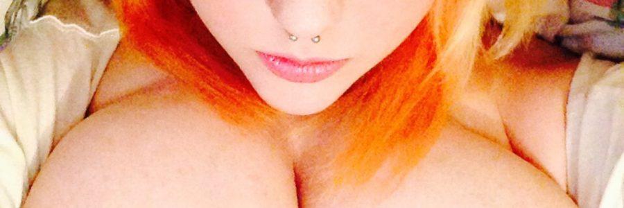 Eine hübsche Rothaarige mit sehr schöner Brust
