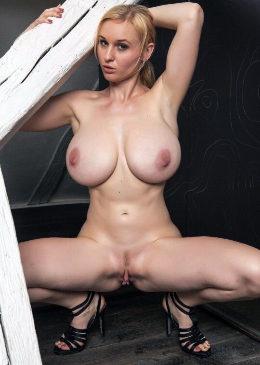 Da hockt sich die sexy Lady mit grossen Brüsten erstmal hin