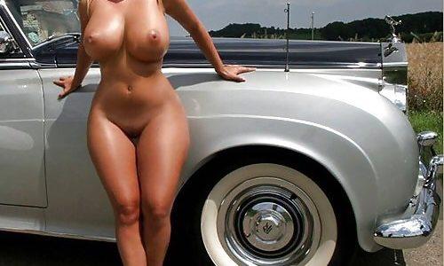 Sie nimmt sich die Freiheit nackt durch die Gegend zu fahren